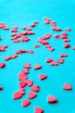 Conceito do amor mínimo Corações doces do açúcar em um fundo colorido Projeto da arte contemporânea imagens de stock royalty free