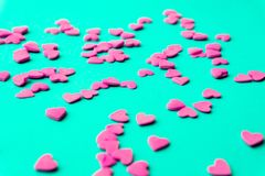Conceito do amor mínimo Corações doces do açúcar em um fundo colorido Projeto da arte contemporânea fotografia de stock royalty free