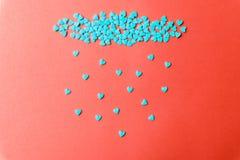 Conceito do amor mínimo Corações doces do açúcar em um fundo colorido Projeto da arte contemporânea fotos de stock royalty free