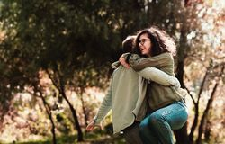 Conceito do amor, do relacionamento, da família e dos povos - a dança de sorriso dos pares no outono estaciona imagens de stock