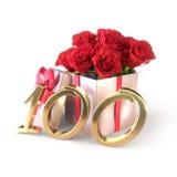 Conceito do aniversário com as rosas vermelhas no presente isolado no fundo branco centésimo 100th 3d rendem Fotos de Stock Royalty Free