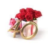 Conceito do aniversário com as rosas vermelhas no presente isolado no fundo branco fortieth 40th 3d rendem Fotos de Stock