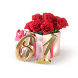 Conceito do aniversário com as rosas vermelhas no presente isolado no fundo branco sessenta-primeiro 61st 3D rendem Foto de Stock
