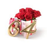 Conceito do aniversário com as rosas vermelhas no presente isolado no fundo branco sessenta-quarto 64th 3d rendem Imagem de Stock Royalty Free