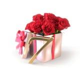 Conceito do aniversário com as rosas vermelhas no presente no fundo branco sétimo 7o 3d rendem Imagem de Stock Royalty Free