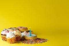 Conceito do aniversário da criança do divertimento Doces e queques Foto de Stock