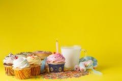 Conceito do aniversário da criança do divertimento Doces e queques Imagens de Stock Royalty Free