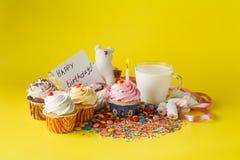 Conceito do aniversário da criança do divertimento Doces e queques Fotografia de Stock