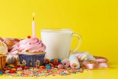 Conceito do aniversário da criança do divertimento Doces e queques Imagem de Stock Royalty Free