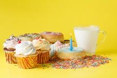 Conceito do aniversário da criança do divertimento Doces e queques Imagens de Stock