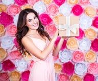 Conceito do aniversário - mulher bonita nova feliz com ove da caixa de presente Fotos de Stock Royalty Free