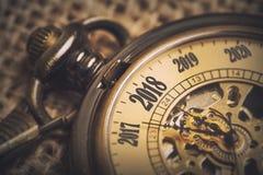 conceito do ano 2018 novo com o relógio de bolso do vintage Foto de Stock