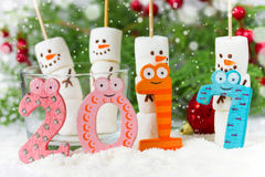 Conceito 2017 do ano novo feliz - boneco de neve do marshmallow e insensibilizado engraçados Fotografia de Stock Royalty Free