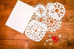 Conceito do ano novo/Natal - snoflakes de papel Imagem de Stock