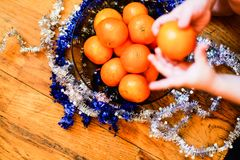 Conceito do ano novo/Natal - tangerinas em uma bacia fotos de stock