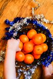 Conceito do ano novo/Natal - tangerinas em uma bacia imagem de stock