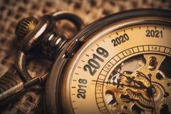 Conceito do ano novo para 2019 com o relógio de bolso da testa fotografia de stock royalty free