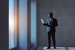 Conceito do apartamento do tablet pc do agente imobiliário imagens de stock royalty free