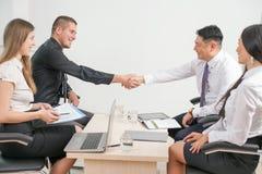 Conceito do aperto de mão bem sucedido dos executivos no escritório fotografia de stock royalty free