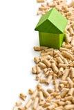 Conceito do aquecimento ecológico e econômico. Pelotas de madeira. Fotos de Stock Royalty Free
