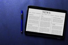 Conceito do artigo noticioso na tela da tabuleta com a pena azul no teste padrão azul imagem de stock royalty free