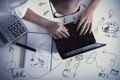 Homem de negócios a multitarefas no trabalho Foto de Stock Royalty Free