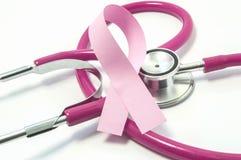 Conceito do câncer da mama Fita cor-de-rosa perto do doutor cor-de-rosa-roxo do estetoscópio da seleção de peito, simbolizando o  fotos de stock