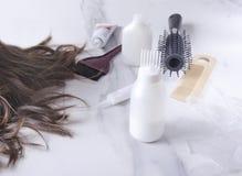 Conceito do cabelo da tintura Ferramentas diferentes para cuidados capilares no salão de beleza imagens de stock royalty free