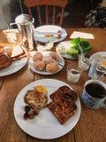 conceito do café da manhã da manhã com produtos alimentares do ajuste sobre o fundo de madeira, café da manhã colocado liso para  imagem de stock