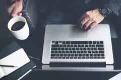 Conceito do café do café do portátil do computador do homem fotografia de stock royalty free
