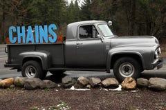 Conceito do caminhão do negócio que anuncia correntes de pneu Fotografia de Stock