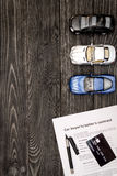 Conceito do carro de compra na opinião superior do fundo de madeira escuro Imagens de Stock