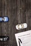 Conceito do carro de compra na opinião superior do fundo de madeira escuro Fotografia de Stock Royalty Free