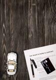 Conceito do carro de compra na opinião superior do fundo de madeira escuro Imagens de Stock Royalty Free