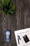 Conceito do carro de compra na opinião superior do fundo de madeira escuro Fotos de Stock