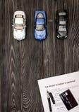 Conceito do carro de compra na opinião superior do fundo de madeira escuro Imagem de Stock Royalty Free