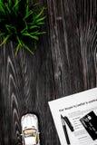 Conceito do carro de compra na opinião superior do fundo de madeira escuro Foto de Stock