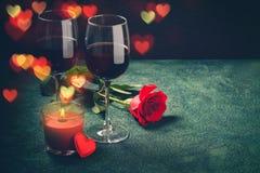 Conceito do cartão do dia de Valentim Os vidros de vinho, rosa e podem Fotos de Stock Royalty Free