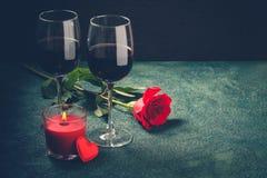 Conceito do cartão do dia de Valentim Os vidros de vinho, rosa e podem Foto de Stock Royalty Free