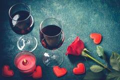 Conceito do cartão do dia de Valentim Vidros de vinho, cor-de-rosa e vela Imagens de Stock Royalty Free