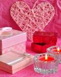 Conceito do cartão do dia de Valentim, presente do Valentim, velas, presentes, surpresas, amor Foto de Stock Royalty Free
