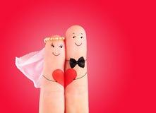 Conceito do casamento, recém-casados com coração contra o fundo vermelho foto de stock