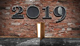 Conceito do celebrattion do ano novo sinal 2019 na parede de tijolo escura fro foto de stock