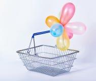 Conceito do cesto de compras vazio w do metal do feriado ou da venda festiva Imagem de Stock Royalty Free