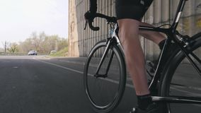 Conceito do ciclismo Bicicleta pedaling dos m?sculos fortes do p? Bicicleta da equita??o do ciclista fora da sela Perto siga acim vídeos de arquivo
