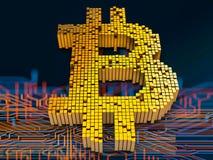 Conceito do close up dos cubos pequenos do metal em uma disposição aleatória que se acumulam para formar o símbolo do bitcoin em  Fotografia de Stock Royalty Free