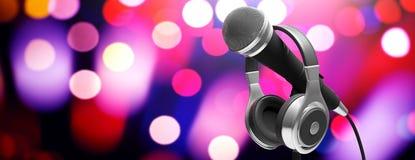 Conceito do concerto da música ao vivo Microfone e fones de ouvido no suporte no fundo do bokeh, bandeira ilustração 3D Fotografia de Stock