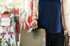 Conceito do consumidor da compra da jovem mulher foto de stock