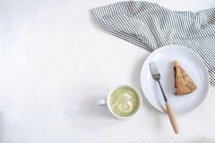 Conceito do cosiness do outono - torta e chá da ameixa fotografia de stock