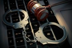 Conceito do crime do Cyber Algemas e martelo do juiz no cálculo do portátil Foto de Stock Royalty Free